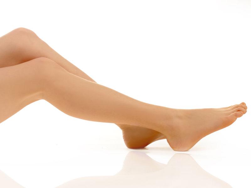 schöne, glatte Beine vor weißem Hintergrund