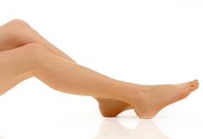 schöne Beine - glatt vor weißem Hintergrund