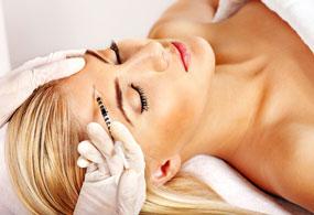 Frau erhält Botox Injection