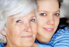 junge und alte Frau mit schöner Haut