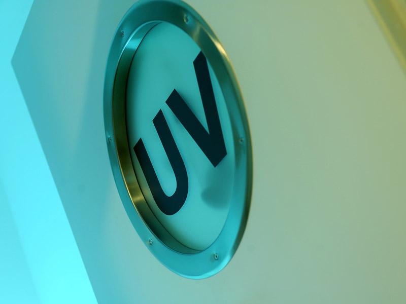 Behandlungszimmer mit UV Beschriftung
