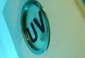 Hinweisschild UV auf der Tür zum Behandlungszimmer
